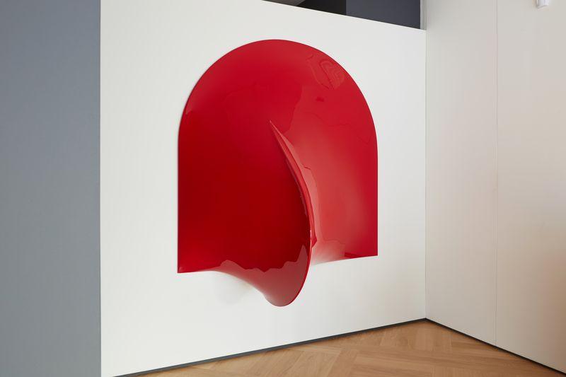 Agostino Bonalumi, Rosso, 1969, Fiberglass and enamel, 180 x 180 x 90 cm, courtesy Archivio Bonalumi and Mazzoleni London