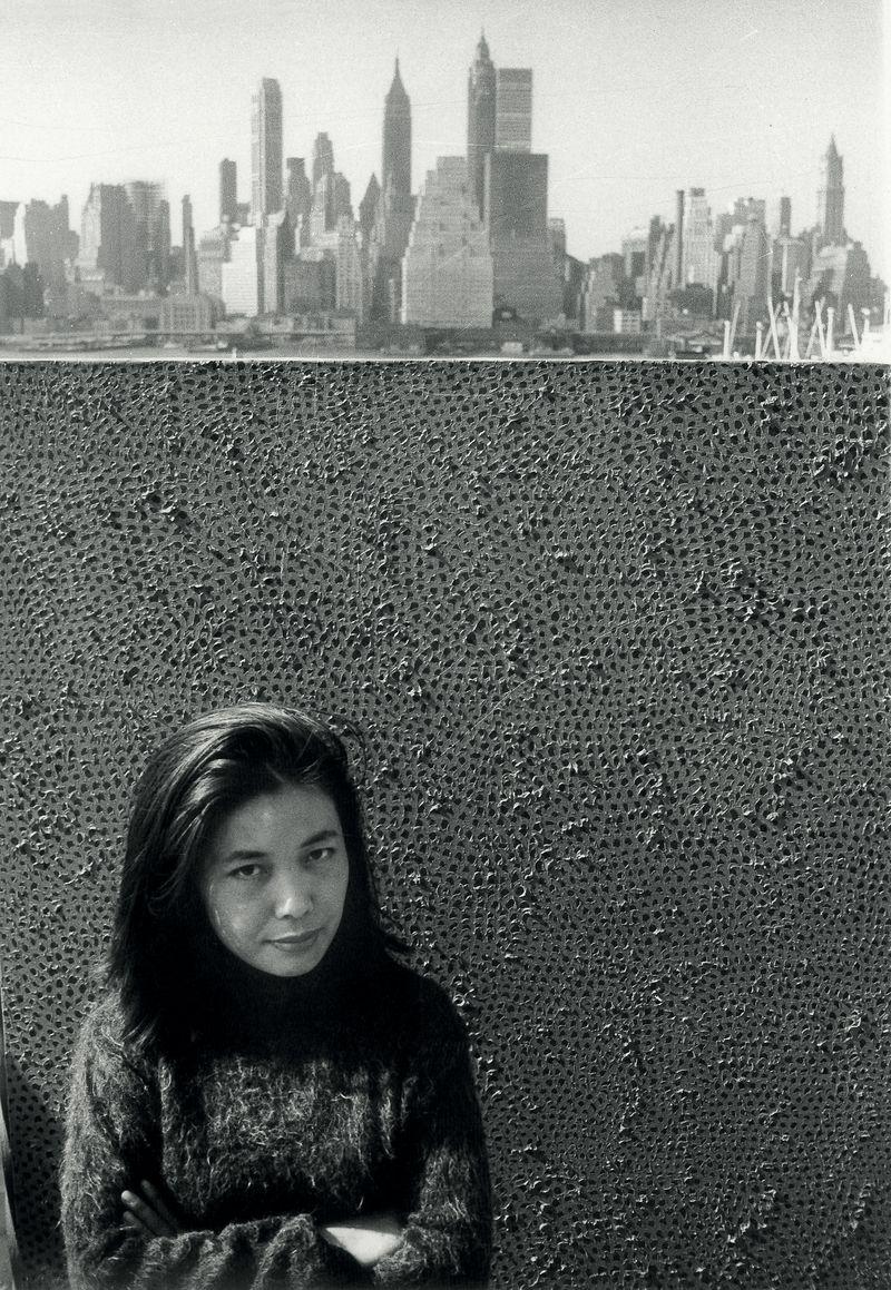 Kusama-Yayoi_with-one-Infinity-painting_New-York_1961