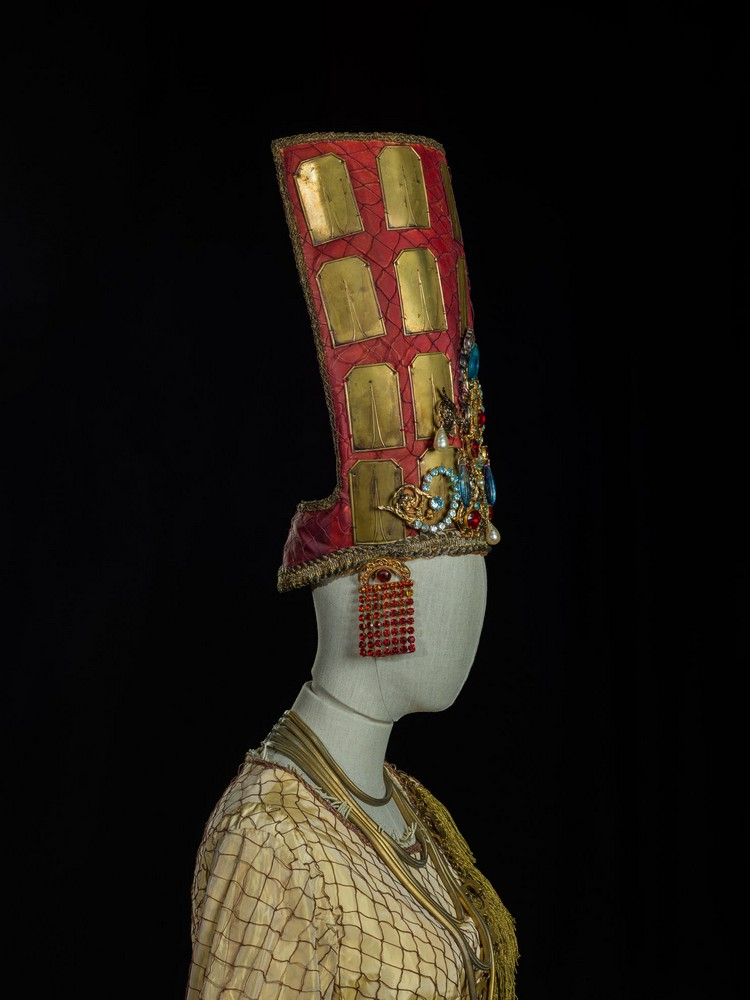 Incantesimi_Les-Troyens-detail-1982-costume-by-Lagerfeld_detail