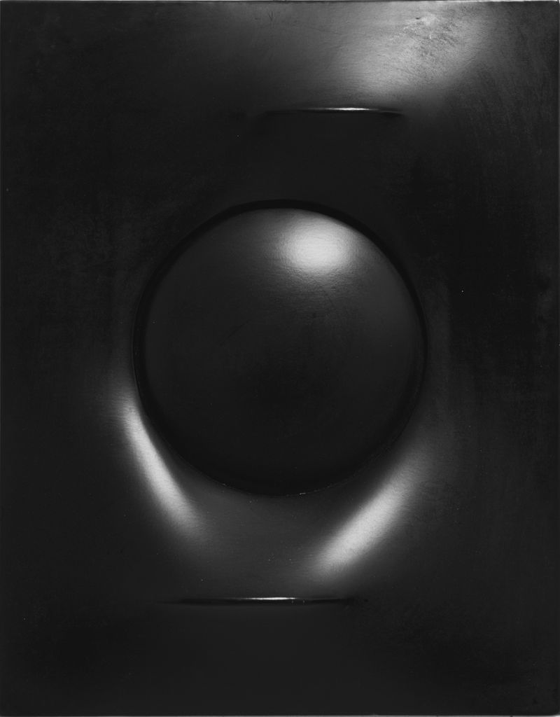 Agostino Bonalumi, Nero, 1968, shaped Cir+®, 62 x 49 cm, Courtesy Archivio Bonalumi and Mazzoleni London