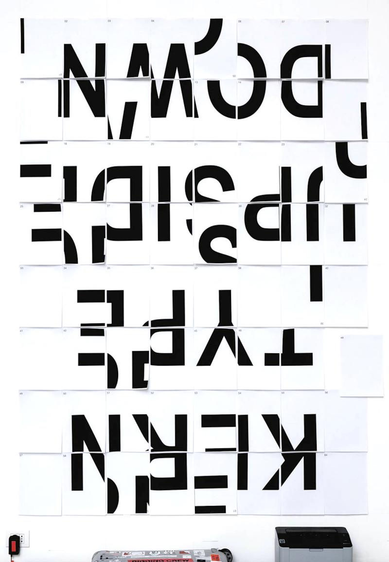Manifesto realizzato per la mostra dal grafico inglese Patrick Thomas. Illustra il principio della crenatura  ovvero lo spazio bianco tra le lettere