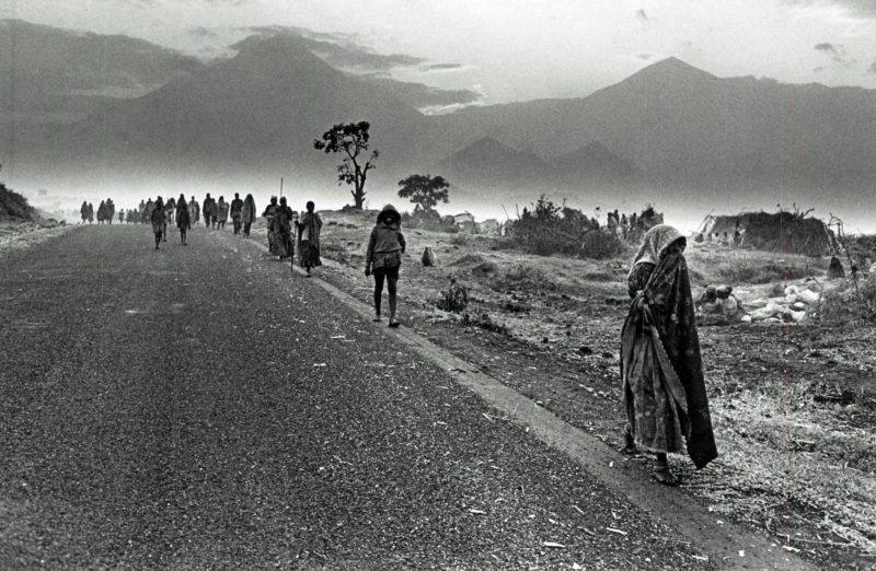 Sebastião-Salgado-–-Rwandan-refugees-heading-towards-North-Kivu-and-South-Kivu-Zaire-1994