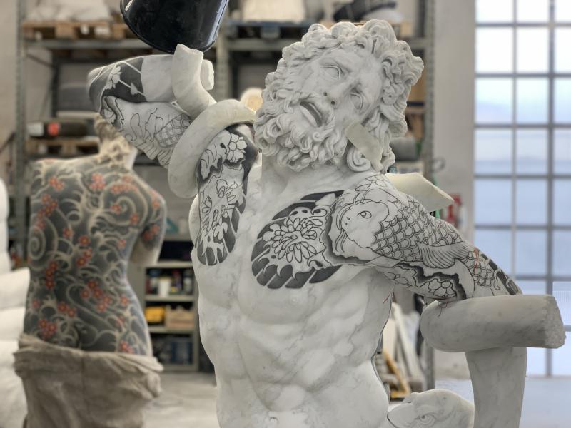 Laocoonte  2020  marmo bianco e pigmenti  198 5x134x87 cm