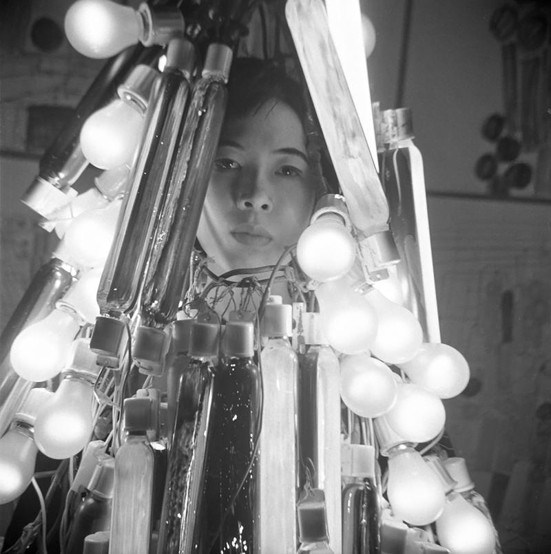 Atsuko-tanaka_denkifuku_electric-dress_1956.modernamuseet.press_